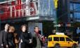 Pedestres atravessam a rua em frente à sede da Time Warner, em Nova York Foto: KENA BETANCUR / Kena Betancur/AFP