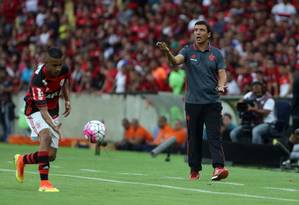 O técnico Zé Ricardo orienta o Flamengo no empate com o Corinthians Foto: Rafael Moraes