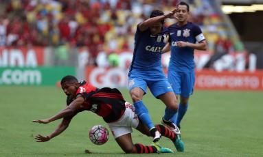 Rubro-negro Márcio Araújo cai em disputa com jogador do Corinthians Foto: Rafael Moraes