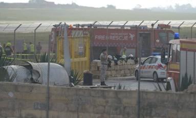 Equipes de emergência examinam os restos de um bimotor que caiu em Malta, matando cinco pessoas Foto: MATTHEW MIRABELLI / AFP