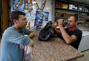 Uma homem iraquiano compra bebida alcoólica em Bagdá Foto: © Ahmed Saad / Reuters / REUTERS