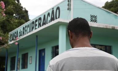 Homem em frente a casa de recuperação em Saquarema, no Rio de Janeiro Foto: Marcos Tristao / Agência O Globo