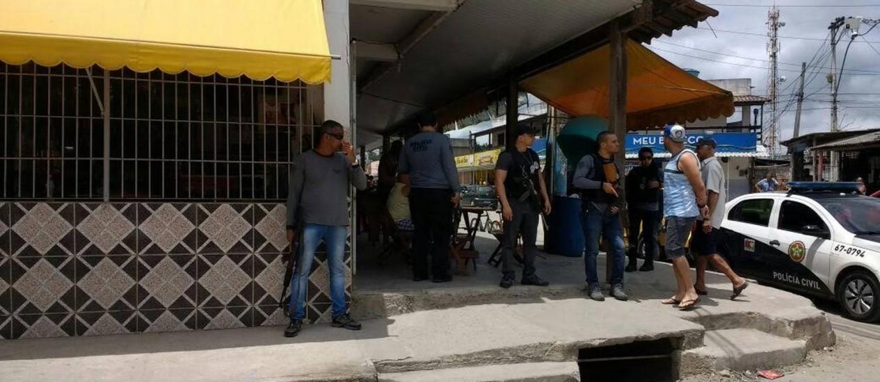 Policiais fazem diligência em bar onde mulher foi abordada e violentada no banheiro Foto: Divulgação / Policia Civil