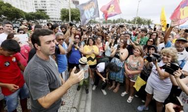 O candidato do PSOL à prefeitura do Rio, Marcelo Freixo, durante caminhada na praia de Copacabana Foto: Arquivo / 23/10/2016 / Pablo Jacob / Agência O Globo