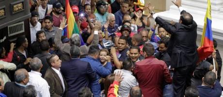 Partidários do presidente Nicolás Maduro causam tumulto em sessão na Assembleia Nacional, em Caracas Foto: MARCO BELLO / REUTERS