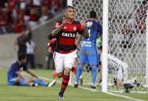 Guerrero comemora um dos gols do Flamengo no Maracanã. Time precisa repetir desempenho da reta final do primeiro turno para buscar o título Foto: Marcelo Carnaval / O Globo