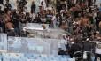 Corintianos entram em confronto com a polícia no Maracanã. Árbitro relatou a briga na súmula da partida Foto: Marcelo Carnaval / Agência O Globo