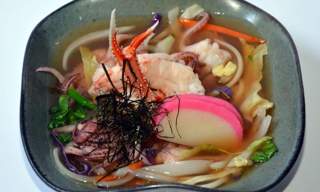 Minimok. O udon, massa japonesa, é cozido no dashi da casa feito com missô, lagostim, saquê e shitake. Para completar, legumes, camarão, polvo, lagostim e kamaboko, uma iguaria japonesa feita com massa de peixe Cris Santos / Divulgação