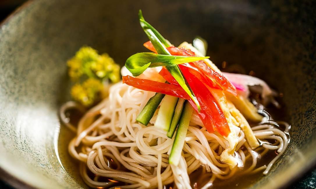 Sushi Izakaya Mok. O Hiyashi Somen é um macarrão japonês bem fininho, servido gelado no dashi de peixe japonês que leva shoyo e saquê Frederico de Souza - F I L I C O / Divulgação