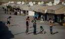 Crianças sírias brincam em capo de refugiados no distrito de Gaziantep, no Sul da Turquia Foto: OZAN KOSE / AFP