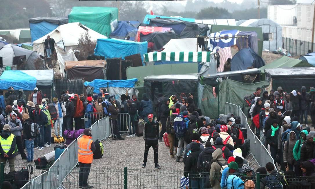 Nas primeiras horas do dia, 700 migrantes foram levados a um dos cerca de 300 centros de acolhida na França Foto: Thibault Camus / AP