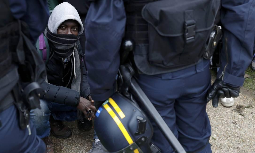 Improvisados em tentas no campo de Calais, migrantes tentavam formas de chegar ao Reino Unido Foto: PHILIPPE WOJAZER / REUTERS