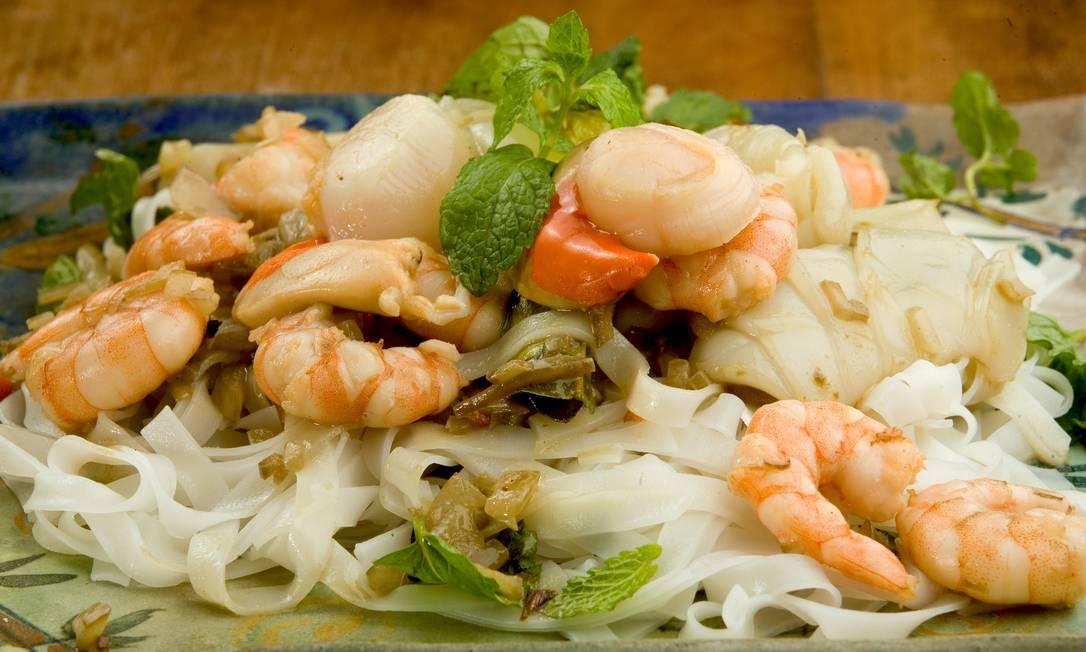 Nam Thai. O Pennang Laksa é um talharim de arroz frito com frutos do mar, leite de coco, curry malaio, tamarindo, folhas de limão kafir e hortelã  / Divulgação