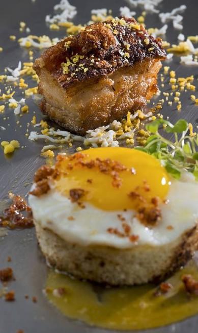 Puro. O pão com ovo à carbonara é o acompanhamento com pinta de estrela da barriga de porco Alexander Landau / Divulgação