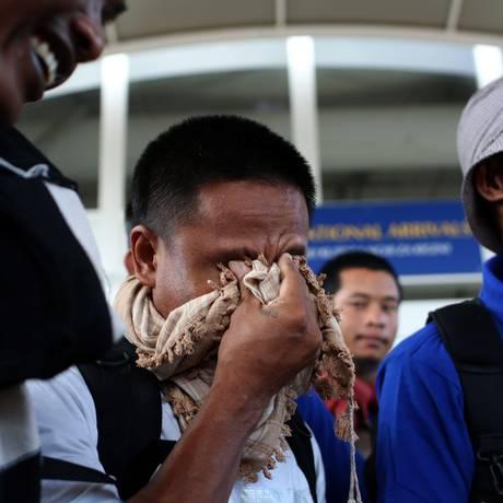 Marinheiros asiáticos desembarcam em aeroporto de Nairobi após serem libertados de cativeiro de piratas Foto: SIEGFRIED MODOLA / REUTERS