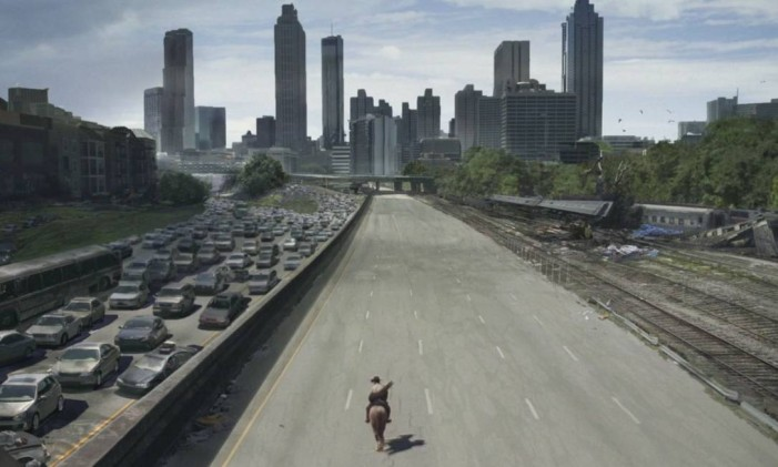 O personagem Rick Grimes cavalga em avenida de Atlanta, na Geórgia Foto: AMC/Reprodução
