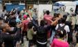 O povo na rua. Manifestantes dizem palavras de ordem em frente à polícia, em Caracas; estudantes foram às ruas em várias cidades defender o plesbiscito Foto: MARCO BELLO / REUTERS