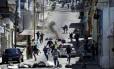 Confronto. Manifestantes entram em choque com a polícia em San Cristóbal em protesto para exigir a realização do referendo revocatório do mandato do presidente Maduro Foto: CARLOS EDUARDO RAMIREZ / REUTERS