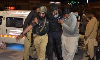 Voluntários ajudam recruta ferido em Quetta Foto: Arshad Butt / AP