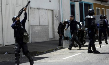 Policial atira durante protesto contra a suspensão do referendo revogatório na Venezuela Foto: CARLOS EDUARDO RAMIREZ / REUTERS