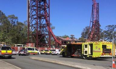 Equipes de emergência chegam ao parque Dreamworld, onde um acidente matou três pessoas Foto: REUTERS