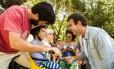 O candidato do PSOL à prefeitura do Rio, Marcelo Freixo, faz corpo a corpo no Largo do Machado, na Zona Sul do Rio Foto: Arquivo / 24/10/2016 / Bárbara Lopes / Agência O Globo