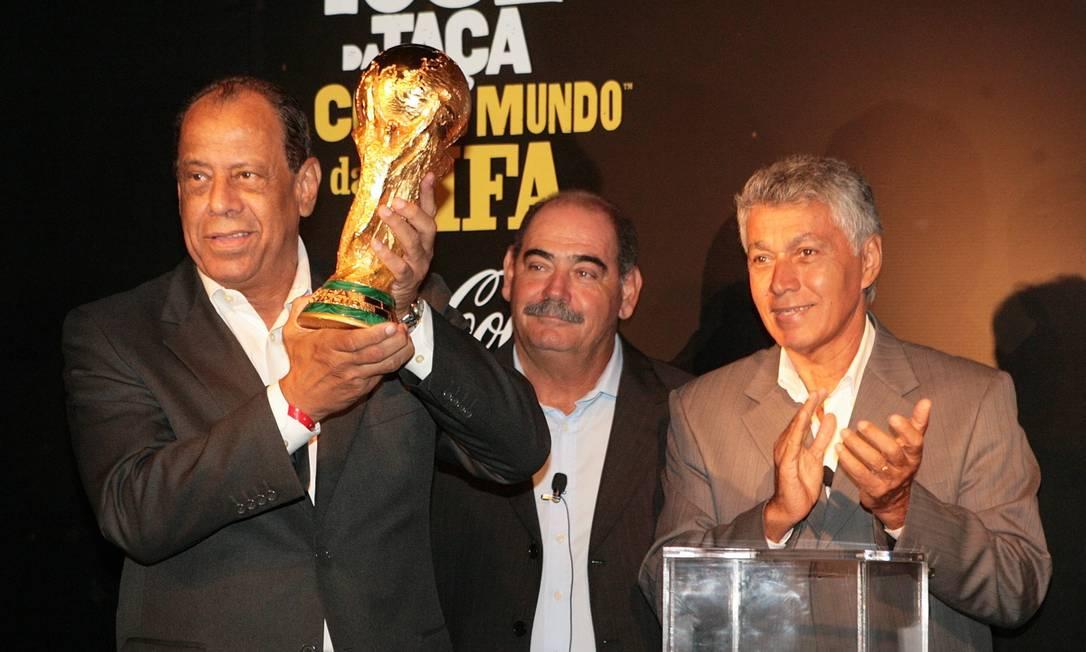 Carlos Alberto Torres levanta o troféu da Copa do Mundo ao lado de Rivellino, em 2014 Marcos Alves / Agência O Globo