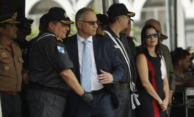 O comandante da PM Wolney Dias ao lado do secretário de Segurança Roberto Sá Foto: Gabriel de Paiva / O Globo
