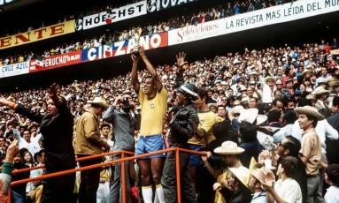 Carlos Alberto Torres ergue a taça do título de 1970. Ele morreu nesta terça-feira, aos 72 anos Foto: Reprodução