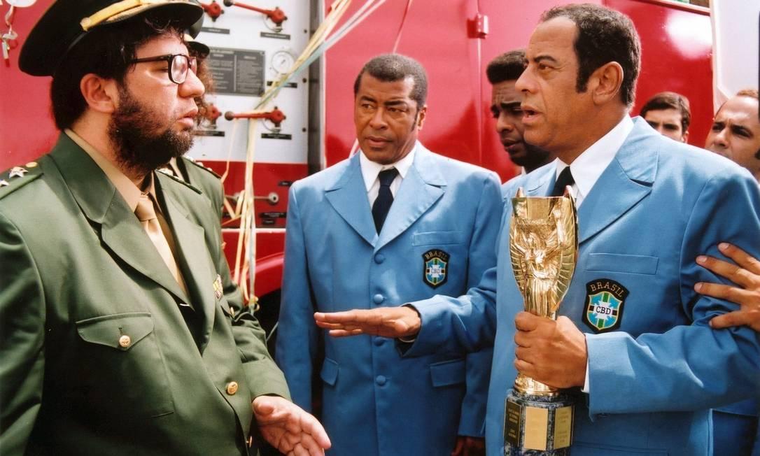 O Capita teve breve passagem nos cinemas: interpretou ele mesmo no filme 'A Taça do Mundo é Nossa!', sátira da trupe do 'Casseta e Planeta' lançada em 2003 Divulgação