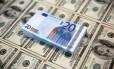 Notas de dólar e euro Foto: Dado Ruvic / REUTERS