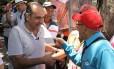 Alexandre Kalil (PHS) em corpo a corpo com eleitores Foto: Amira Hissa/Divulgação