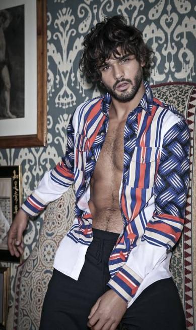 Muitas peças da campanha funcionam para uso feminino, como as camisas de seda estampadas, peças em couro ou os pulls de tricot Jorge Figueiredo