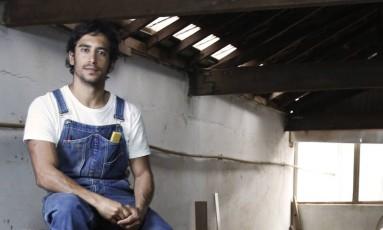 Em ação. Rodrigo Calixto em sua oficina de marcenaria Foto: Camilla Maia / arquivo