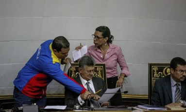 Presidente do Legislativo, Henry Ramos Allup checa documentos em sessão que aprovou iniciar ação legal contra Maduro Foto: Alejandro Cegarra / AP