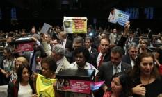 Deputados da oposição, PT, REDE, PCdoB, e as entidades da sociedade civil durante o ato contra a PEC 241 na Câmara Foto: Ailton de Freitas / Agência O Globo