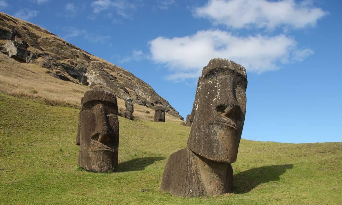 Há mais de 400 moais no sítio arqueológico do vulcão Rano Raraku, onde as famosas estátuas da Ilha de Páscoa eram esculpidas direto da rocha Foto: Eduardo Maia / O Globo