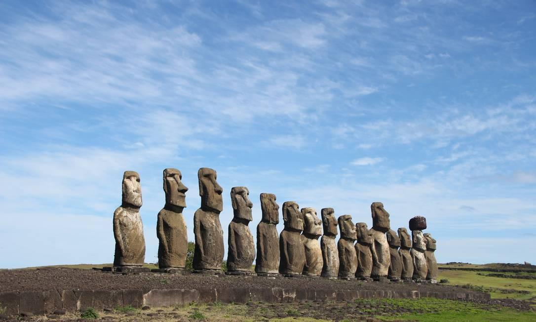 Os 15 moais enfileirados no Ahu Tongariki, a maior plataforma cerimonial de Rapa Nui, estão entre as trações mais populares da ilha Foto: Eduardo Maia / O Globo
