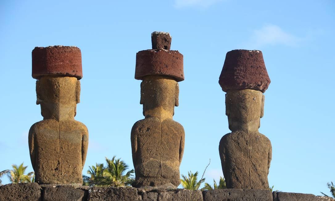 Por terem sido cobertos por areia durante séculos, os moais do Ahu Nau Nau, na praia de Anakena, ainda têm detalhes bem preservados, como os desenhos nas costas Foto: Eduardo Maia / O Globo