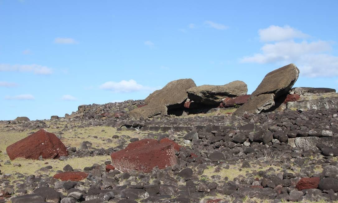 No Ahu Akahanga, é possível ver os moais tombados no chão, além de seus pukaos, provavelmente do mesmo jeito em que estão desde o século XVIII Foto: Eduardo Maia / O Globo
