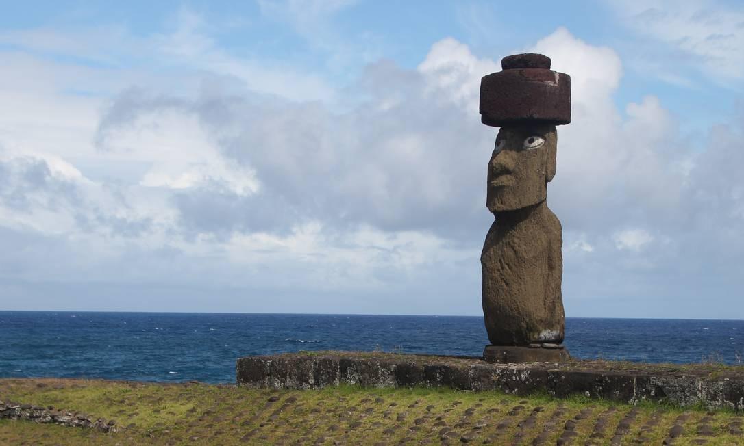 Após ter sido restaurado, o moai do Ahu Ko Te Riku recebeu olhos feitos com coral branco e obsidiana, o mesmo material usado anteriormente. É o único moai original com olhos e fica na área de Tahai Foto: Eduardo Maia / O Globo