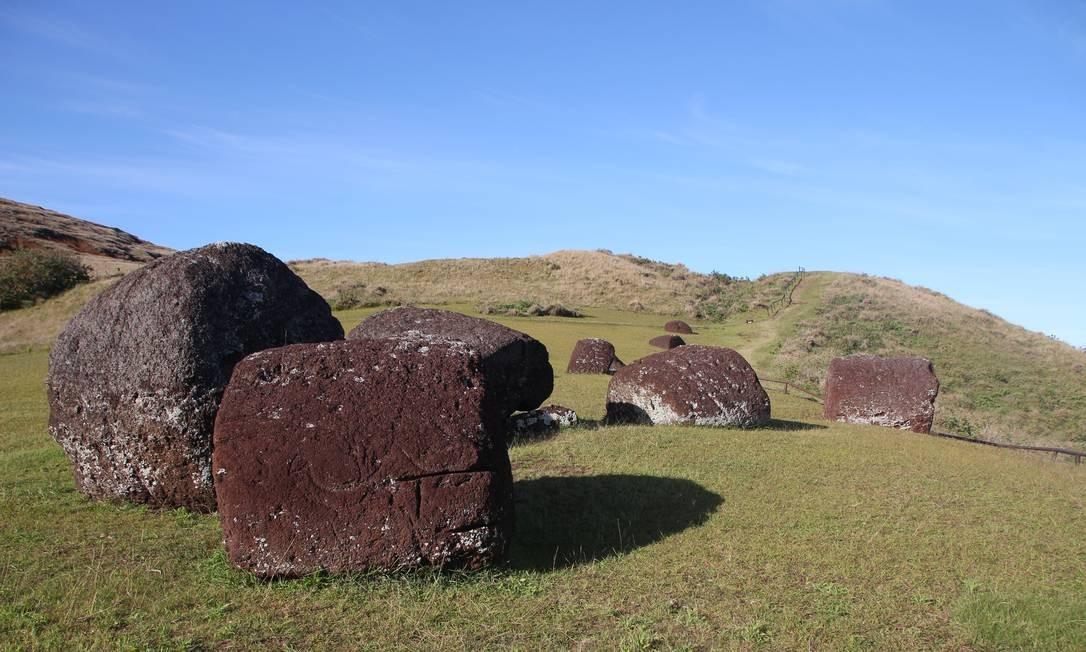 Os adereços de cabeça dos moais, chamados pukaos, eram feitos com uma rocha avermelhada tirada do vulcão Puna Pau e possivelmente representavam os coques que os nobres polinésios usavam Foto: Eduardo Maia / O Globo