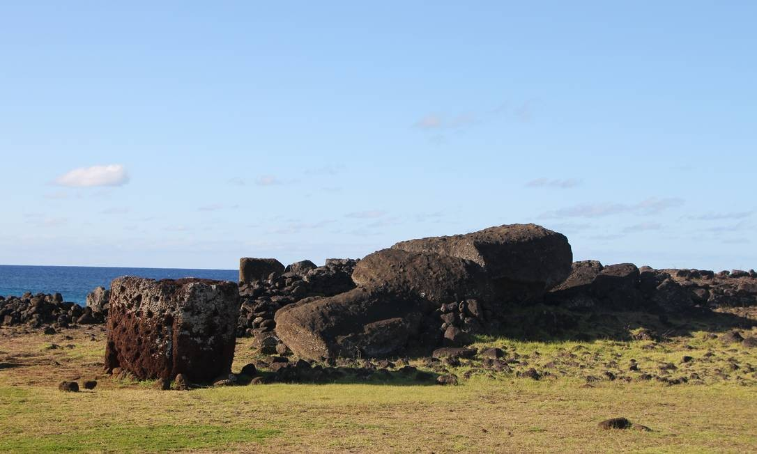 O moai Paro, de Ahu Te Pito Kura, tinha dez metros e foi a maior estátua a ser colocada sobre uma plataforma cerimonial. Nunca foi restaurado Foto: Eduardo Maia / O Globo