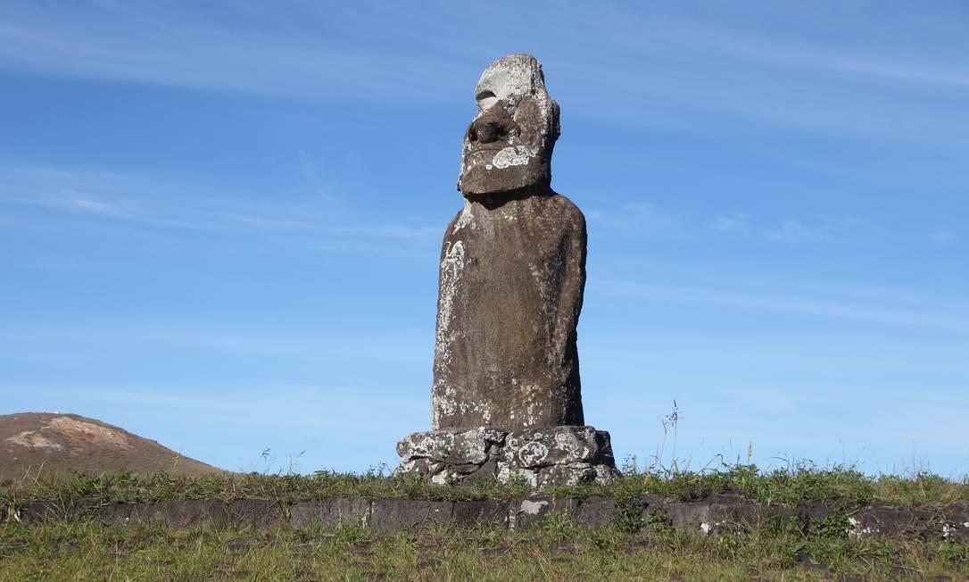 """No Ahu Uri A Urenga está o """"moai de quatro braços"""", que era usado para determinar a chegada do inverno. É um raro exemplo de moai no interior da Ilha de Páscoa Foto: Eduardo Maia / O Globo"""