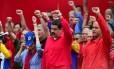 Queda de braço. Nicolás Maduro, ao lado de apoiadores em Caracas: militantes chavistas querem que presidente venezuelano dissolva a Assembleia Nacional do país Foto: AFP/RONALDO SCHEMIDT
