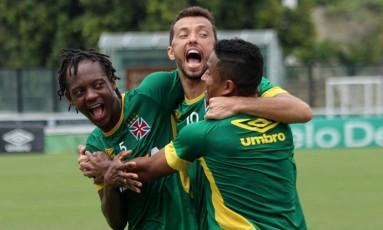 Andrezinho, Nenê e Jorge Henrique se divertem no treino em São Januário Foto: Carlos Gregório