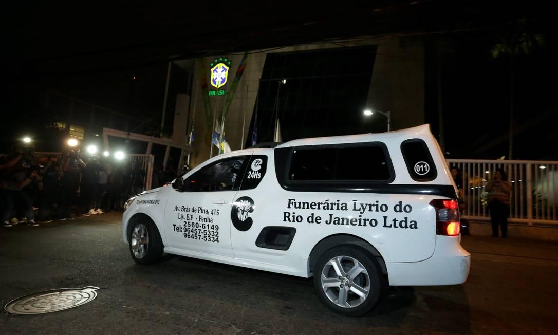 Carro com o corpo de Torres chega à sede da CBF Marcelo Theobald