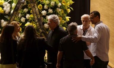 O ex-zagueiro Alexandre Torres, à direita, é consolado no enterro do pai, Carlos Alberto Foto: Agência O Globo