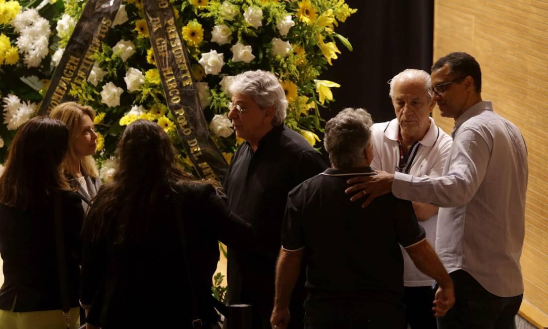 O ex-zagueiro Alexandre Torres, à direita, é consolado no enterro do pai, Carlos Alberto Agência O Globo