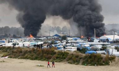 Fumaça sobe de incêndios no campo de Calais, no Norte da França Foto: DENIS CHARLET / AFP